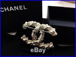 NEW-CC-large-Chanel-brooch-Classic-pin-white-pearls-gold-tone-metal-original-box