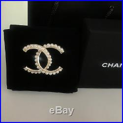 NEW'Chanel' brooch Classic CC logo pin white-pearls&gold tone metal
