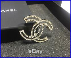 NEW breastpin Chanel 17 Outline Cutout Crystal / Strass CC Logo Gold Brooch Pin