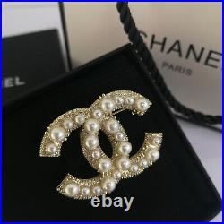 NIB CHANEL Costume Pearl & Crystal Strass Gold tone CC LOGO BROOCH PIN